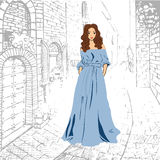Modna romantyczna dziewczyna w błękitnym maksim smokingowym odprowadzenie puszku ulica royalty ilustracja