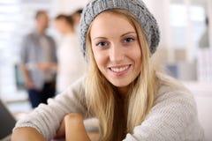 Modna studencka dziewczyna w klasowym jest ubranym barret Obraz Royalty Free