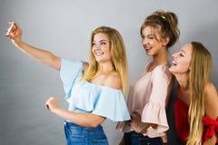 Modne kobiety bierze selfie obrazy royalty free