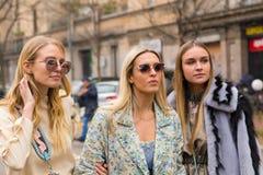 Modne kobiety pozuje podczas Mediolańskiego kobiety ` s Fasonują tydzień Zdjęcie Royalty Free