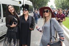 Modne kobiety pozuje podczas Mediolańskiego moda tygodnia Obrazy Royalty Free