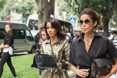 Modne kobiety pozuje podczas Mediolańskiego moda tygodnia Fotografia Stock