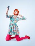 Modne młode kobiety w sukni z mądrze telefonem Robi selfie zdjęcia royalty free