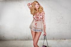 Modnej blondynki kobiety piękny pozować zdjęcie stock