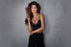 Modnej brunetki kobiety piękny pozować obraz stock