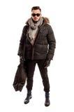 Modnej samiec wzorcowa jest ubranym zima odzieżowa i duża torba Obraz Stock