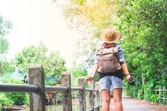Modniś azjatykcia dziewczyna z kamery oddychaniem i patrzeć tropikalnego przejście i kanał, Turystyczny podróżnik w Azja obraz stock
