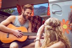 Modniś bawić się gitarę dla dziewczyn Zdjęcia Royalty Free