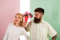 Modniś brodaty daje bukietów kwiatów dziewczyny wymówki gestowi Mężczyzna z brod apologyes kobietą Para w miłość problemu Zdjęcia Royalty Free