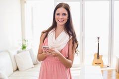 Modniś brunetka używać jej smartphone Zdjęcie Royalty Free