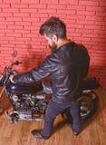Modniś, brutalny rowerzysta w skórzanej kurtce siedzi puszek na motocyklu, tylni widok Mężczyzna z brodą, rowerzysta w skórzanej  zdjęcia royalty free