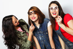modniś dziewczyn najlepsi przyjaciele przygotowywający dla przyjęcia Zdjęcie Stock