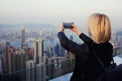 Modniś dziewczyna jest mknącym wideo widok na komórka telefonie podczas wycieczki w Chiny Zdjęcia Royalty Free