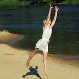 Modniś dziewczyna ma zabawę na plaży Obrazy Royalty Free