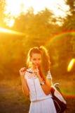 Modniś dziewczyna pokazuje zaciszność Zdjęcia Royalty Free