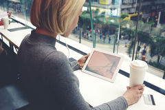 Modniś dziewczyna trzyma cyfrową pastylkę z kopii przestrzenią na ekranie zdjęcia stock