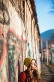 Modniś dziewczyna w mieście w jesieni Obrazy Royalty Free