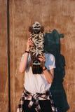Modniś dziewczyna z łyżwy deską Zdjęcia Stock