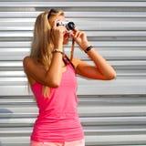 Modniś dziewczyna z retro kamerą Obraz Royalty Free