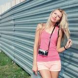 Modniś dziewczyna z retro kamerą Zdjęcie Stock