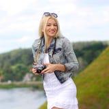Modniś dziewczyna z rocznik kamerą Obrazy Royalty Free