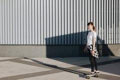 Modniś dziewczyny jazdy łyżwy deska Obrazy Stock