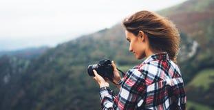 Modniś dziewczyny turystyczny chwyt w ręki fotografii nowożytnej kamerze, fotografa spojrzenie na kamery technologii wp8lywy f obraz stock