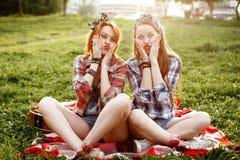 Modniś dziewczyny Ubierać w szpilce Up Projektują Mieć zabawę Fotografia Stock