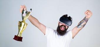 Modniś gniesie pięść jak pomyślnego gest na szczęśliwej twarzy Facet z głową wspinał się pokazu wygrywającego w wirtualnej grą 30 fotografia royalty free