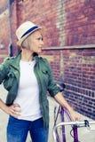 Modniś kobieta z rocznika drogowym rowerem w mieście Zdjęcia Royalty Free