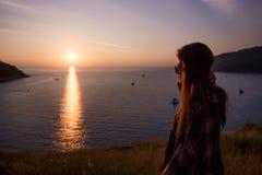 Modniś kobiety elegancki podróżnik patrzeje na oceanie lub morzu przy zmierzchem Zdjęcia Royalty Free