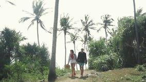 Modniś młodej dziewczyny kobieta i mężczyzna turystyczna para Podąża strzał Widok od tylnej turystycznej podróżnika planowania tr zbiory wideo