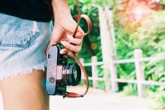 Modniś młodej dziewczyny mienia filmu kamera Obraz Royalty Free