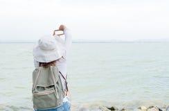 Modniś młodej kobiety przedstawienia palca rama dla bierze obrazek tamę Zdjęcia Stock