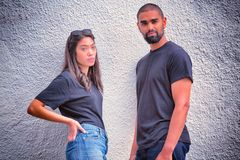 Modniś para z pustymi koszulkami dla twój projekta zdjęcie stock