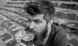 Modniś pije piwny plenerowego na z podnieceniem twarzy Piątek relaksuje pojęcie Mężczyzna z brodą i wąsy trzyma szkło z piwem obrazy royalty free
