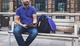 Modniś texting wiadomość na pastylka komputeru lub technologia pustego ekranu mockup Uśmiechu młody człowiek z plecaka używać cyf obraz royalty free