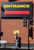 Modniś wzorcowa pozycja pod dużym billboardem Obrazy Royalty Free