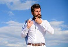 Modniś z brodą i wąsy patrzeje atrakcyjną modną białą koszula Mężczyzna brodatego modnisia biały formalny odziewa spojrzenia obraz stock