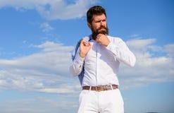 Modniś z brodą i wąsy patrzeje atrakcyjną modną białą koszula Mężczyzna brodaty modniś formalny odziewa spojrzenia ostrych obraz royalty free