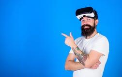 Modniś z długą brodą cieszy się cyber astronautycznego hazard, rzeczywistości wirtualnej pojęcie Cool mężczyzna z modną brodą i u obrazy stock