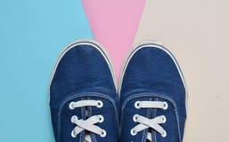 Modni błękitni sneakers na pastelowym kolorowym tle Trend minimalizm Odgórny widok Zdjęcie Stock