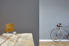 Modniś kawa espresso w loft srebra rowerze w tle Fotografia Stock