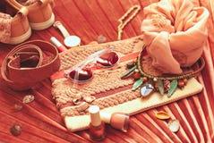 Modni kobiecy koralowi accessoiries flatlay Lato, piękno lub moda bloga pojęcie, obraz royalty free