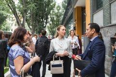 Modni ludzie pozuje podczas Mediolańskiego moda tygodnia Zdjęcia Royalty Free