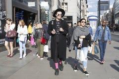 Modni mężczyzna chodzi przez Oksfordzkiej ulicy Obraz Stock