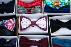 Modni męscy bowties w papierowych pudełkach Zdjęcie Royalty Free