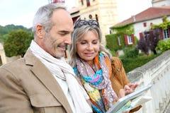 Modni turyści używa pastylkę podczas wizyty Zdjęcie Stock