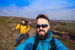 Modnisiów młodzi przyjaciele bierze selfie na wzgórzu w kampanii, c Zdjęcie Royalty Free