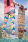 Modnisiów potomstwa i piękna dziewczyna z longboard jeździć na deskorolce przy górą Zdjęcia Stock
